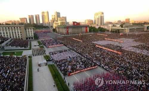 Biển người tuần hành cổ vũ ông Kim Jong-un đánh Mỹ - 3