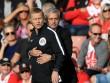 """MU: Mourinho ăn thẻ đỏ tức tưởi vì...  """" âu yếm """"  trọng tài"""