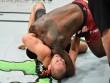 UFC: Bị siết quá chặt,  Thần sấm  đi ngủ luôn trên sàn đấu