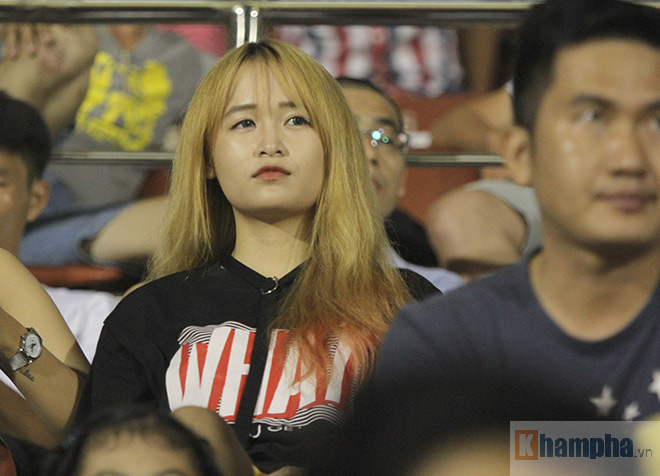 """""""Đùa"""" với Công Vinh, fan nữ HAGL nhận cái kết đắng 8"""