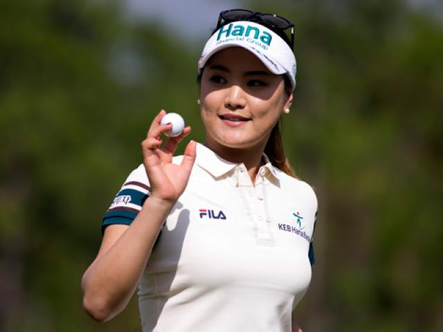Golf 24/7: Siêu mẫu bốc lửa trổ tài, cả sân lác mắt 6