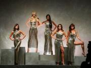 Ai cũng bất ngờ với kết show đại gia làng mốt Versace
