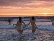 Anh: 400 người khỏa thân tắm biển, giúp bệnh nhân tâm thần