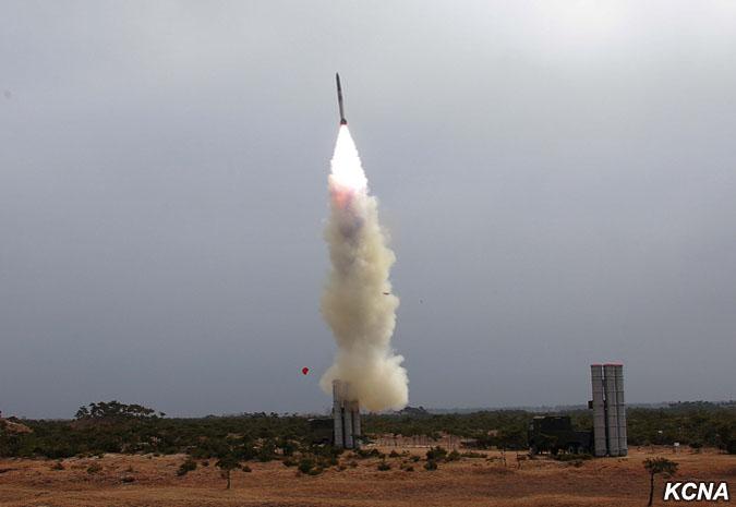 Triều Tiên có vũ khí gì bắn rơi được oanh tạc cơ Mỹ? - 1