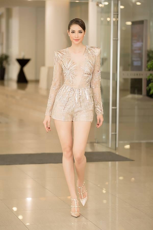 """Váy """"mặc như không"""" của Phạm Hương hot nhất tuần này"""