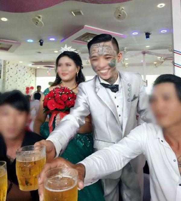 Xôn xao đám cưới của chú rể 9x xăm trổ kín mặt - 2