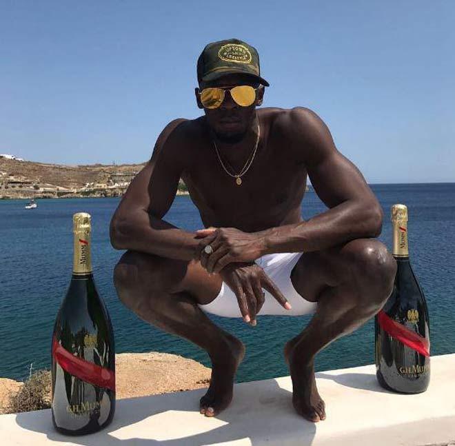 """""""Tay chơi"""" U.Bolt quậy tưng bừng với rượu ngon và bạn gái rực lửa"""