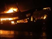 Quảng Ngãi: 100 chiến sĩ chữa cháy hai tàu cá trong đêm