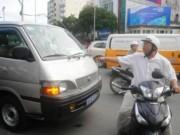 Người đàn ông phản ứng dữ dội vì xe chở ông Đoàn Ngọc Hải gây kẹt xe