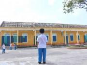 Ảnh: Học sinh ngơ ngác nhìn lớp học tan hoang sau bão