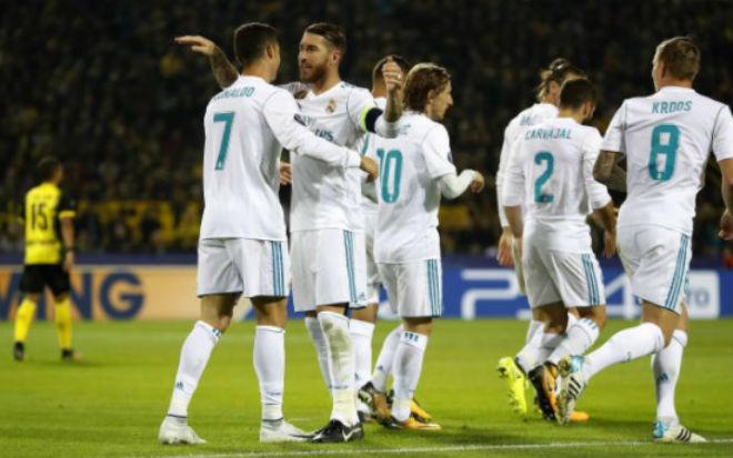 Ronaldo chói lọi 400 trận: Vua ghi bàn Cúp C1, Messi khóc ròng quy phục 12