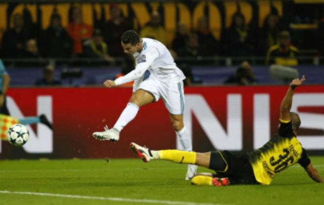 Ronaldo chói lọi 400 trận: Vua ghi bàn Cúp C1, Messi khóc ròng quy phục 9