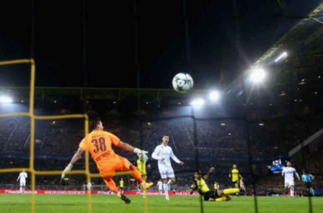 Ronaldo chói lọi 400 trận: Vua ghi bàn Cúp C1, Messi khóc ròng quy phục 5