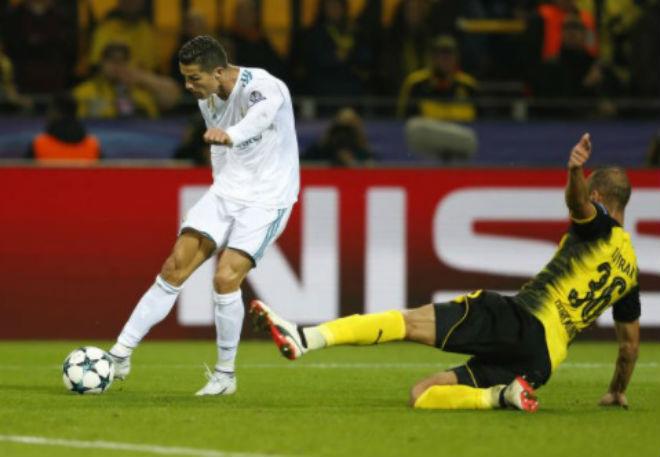 Ronaldo chói lọi 400 trận: Vua ghi bàn Cúp C1, Messi khóc ròng quy phục 8