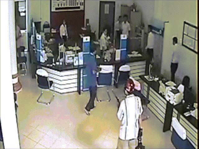 Clip toàn bộ diễn biến vụ dùng súng cướp ngân hàng ở Vĩnh Long