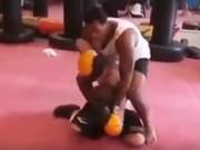 """Thể thao - Cú sốc boxing: 16 tuổi đấm nhà vô địch thế giới """"chạy mất dép"""""""