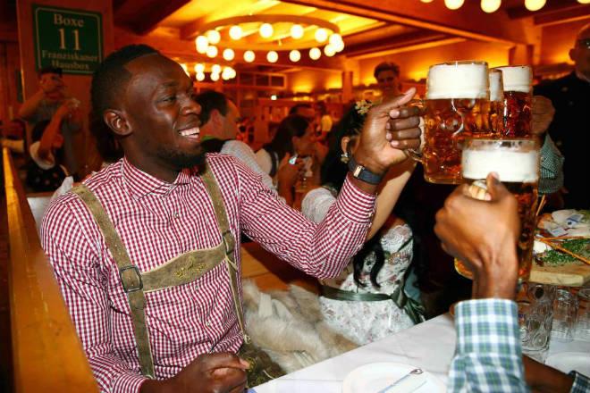 """Tay chơi U.Bolt """"đắm mình"""" trong hội bia bên bạn gái quyến rũ 1"""