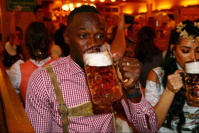 """Tay chơi U.Bolt """"đắm mình"""" trong hội bia bên bạn gái quyến rũ 2"""