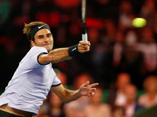 """Clip hot tennis: """"Ma thuật"""" của Federer, đổ keo vào vợt 1"""