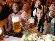 """Tay chơi U.Bolt  """" đắm mình """"  trong hội bia bên bạn gái quyến rũ"""