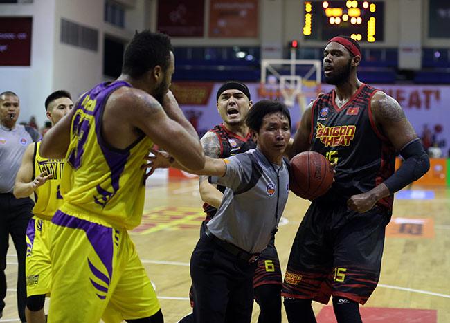 """Derby bóng rổ Sài Gòn """"tóe lửa"""": Cầu thủ ngoại đấm nhau trên sân 6"""