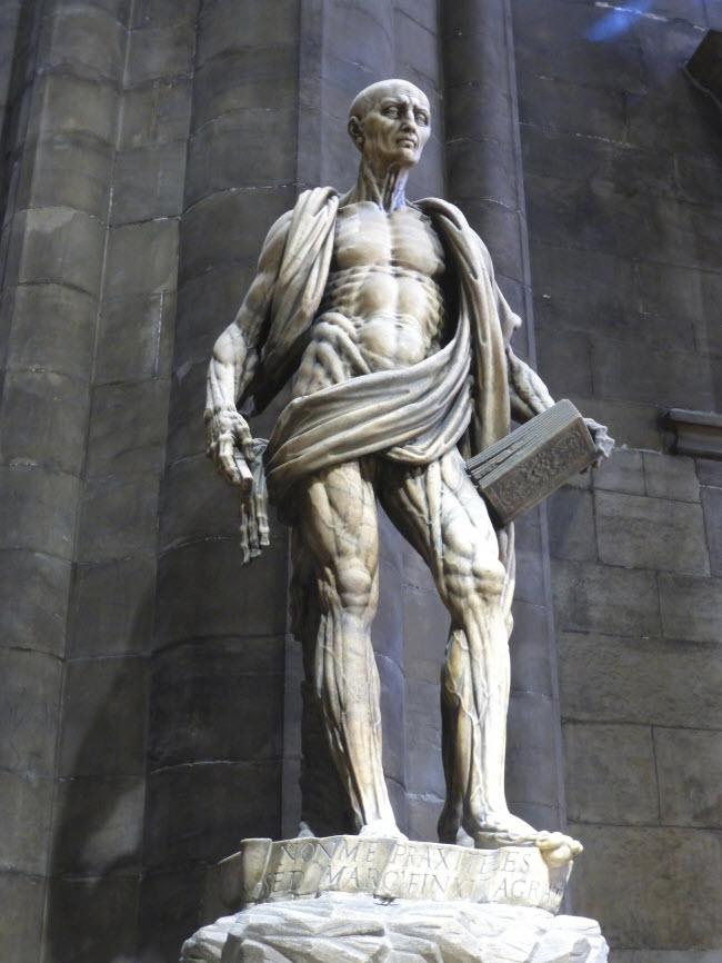Tượng St. Barthelemy, Milan, Italia: Nếu nhìn bức tượng này từ xa, du khách không nhận thấy điểm kỳ lạ. Nhưng khi quan sát gần hơn, bạn sẽ thấy áo choàng bên ngoài cơ thể khỏa thân chính là da của bức tượng.