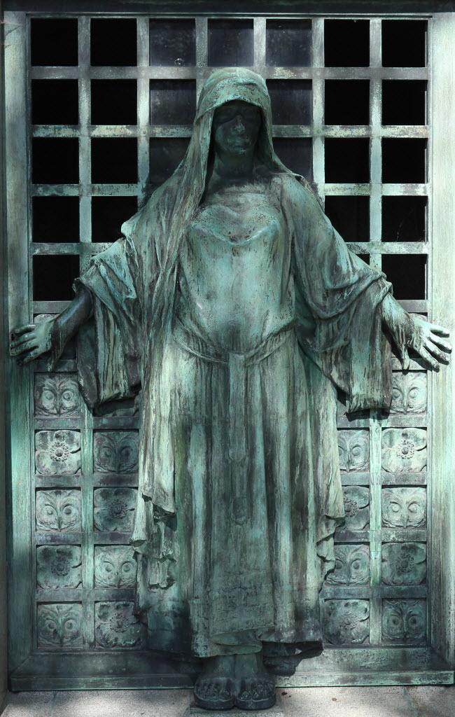Nghĩa trang Père Lachaise, Paris, Pháp: Đây là nơi an nghỉ của những người nổi tiếng như Oscar Wilde, Honore de Balzac và Frederic Chopin. Các bức tượng trên mộ có vẻ đẹp quyến rũ và thu hút rất đông du khách.