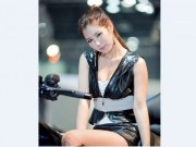 Thế giới xe - Siêu mẫu xứ kim chi bên môtô khủng đốn tim phái mạnh