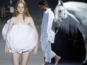 Thời trang bốn mùa - Sốc với ngựa trắng xuất hiện trên sàn diễn Paris FW