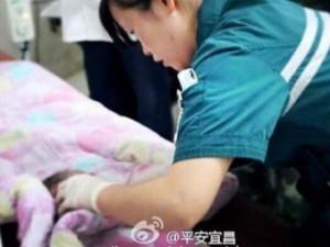 Tin tức trong ngày - Giải cứu bé sơ sinh TQ mắc kẹt trong nhà vệ sinh