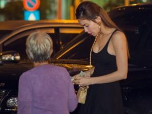 Ca nhạc - MTV - Hà Hồ mua vé số dạo khi đi ăn tối