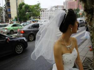 Bạn trẻ - Cuộc sống - Tắc đường, cô dâu không thể đến dự lễ cưới của mình