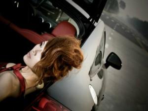 """Ô tô - Xe máy - Ngắm chân dài """"ngủ quên"""" trong cốp xế sang"""