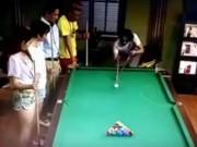 """Thể thao - Choáng váng: Cơ thủ """"dọn bàn"""" sau 1 cú đánh"""