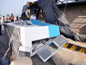 Tin tức trong ngày - Xe tải tông sập trạm thu phí cao tốc TPHCM–Trung Lương