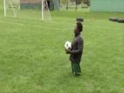 Bóng đá - Xúc động thủ môn cụt chân bị cha mẹ bỏ rơi