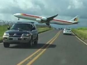 Phi thường - kỳ quặc - Video: Máy bay suýt chạm vào... người dưới đất