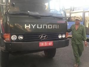 """Tin tức trong ngày - """"Đội lốt"""" xe quân sự để chở quá tải"""
