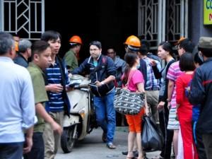 Tin tức trong ngày - Người dân xếp hàng nhận xe sau vụ cháy chung cư Xa La