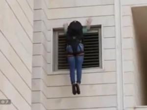 Tin tức trong ngày - Cách thoát hiểm qua cửa sổ khi cháy chung cư