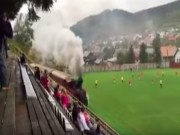 Bóng đá - Kỳ quặc: Trận đấu diễn ra cạnh... đường ray tàu hỏa