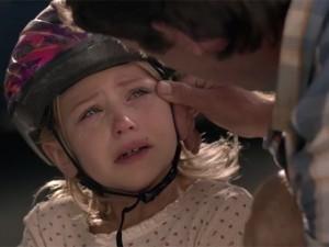 Bạn trẻ - Cuộc sống - Clip xúc động: Cha luôn ở bên lau nước mắt cho con gái