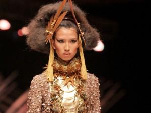 Thời trang - Chân dài 1m90 hóa nữ thần mặt trời trên sàn catwalk