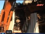 Video An ninh - Xe xúc đất 2 lần lao vào nhà dân, 4 người thoát nạn