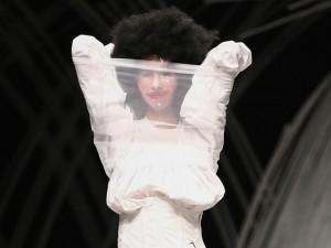 Thời trang - Trầm trồ xem người mẫu Việt bị trói tay đi catwalk