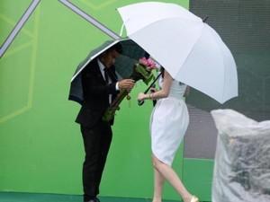 Ca nhạc - MTV - Công Vinh che ô cho Thủy Tiên hát dưới cơn mưa tầm tã