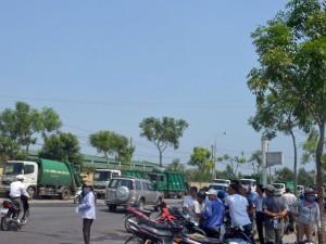 Tin tức Việt Nam - Dân vây hàng chục xe tải trước bãi rác lớn nhất Đà Nẵng