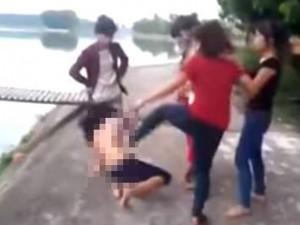 Tin tức Việt Nam - Người tung clip đánh thiếu nữ không mặc áo có thể bị xử lý hình sự
