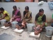 """Video clip chuyện lạ - Video: Tắm cho trẻ sơ sinh """"bạo tay"""" kiểu.. Ấn Độ"""