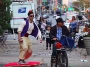 Bạn trẻ - Cuộc sống - Clip: Trai đẹp trượt thảm trên phố như thần đèn Aladdin